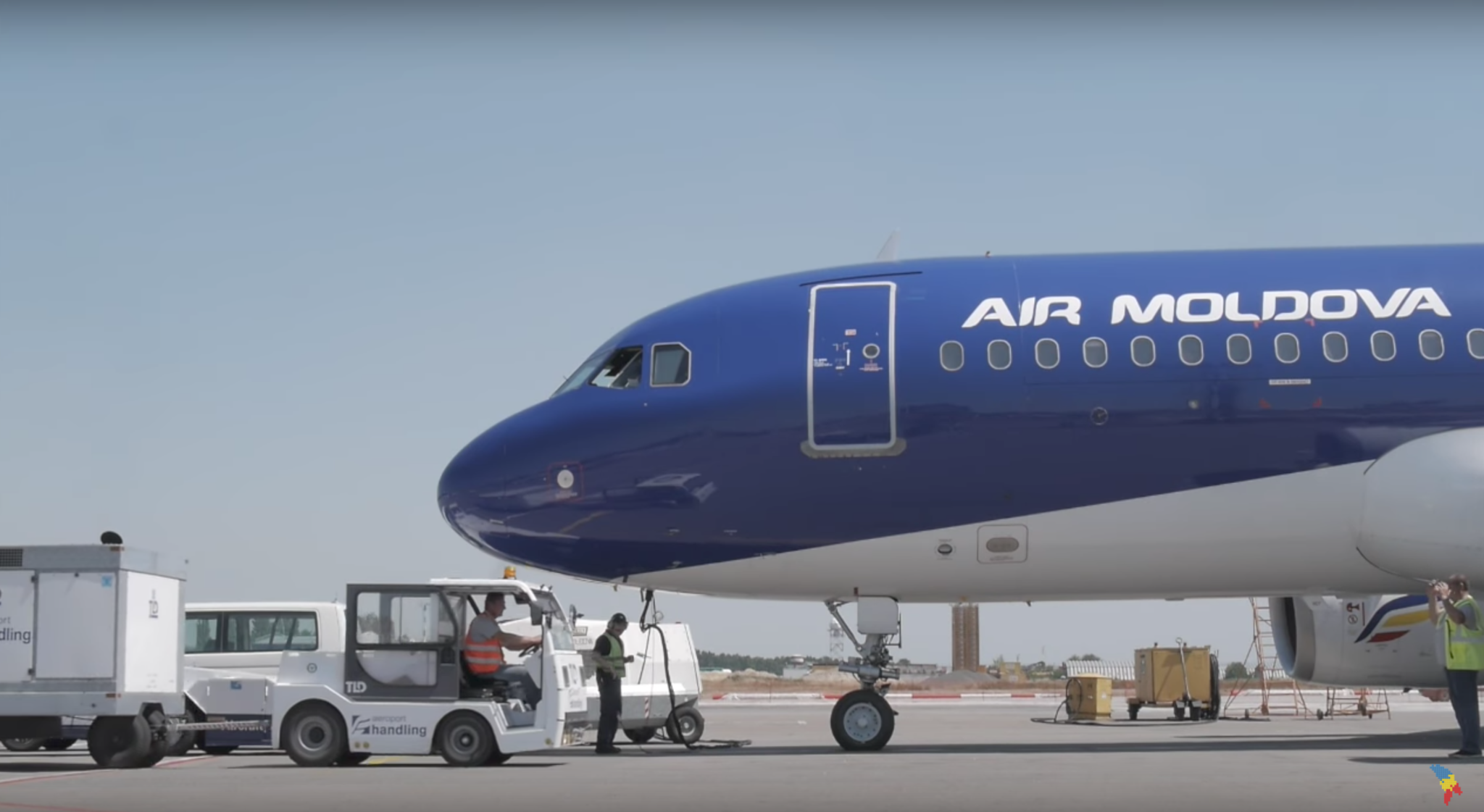 """""""Pilotul este condus de soția sa și nu este capabil să asigure securitatea pasagerilor"""": Un fost pilot """"Air Moldova"""" a cerut în instanță apărarea onoarei și 1 milion de lei"""