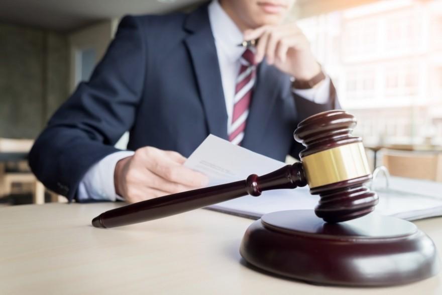 Un fost judecător, admis în profesia de avocat în baza unei decizii judecătorești, iar altul - respins pentru că nu se bucură de reputație ireproșabilă