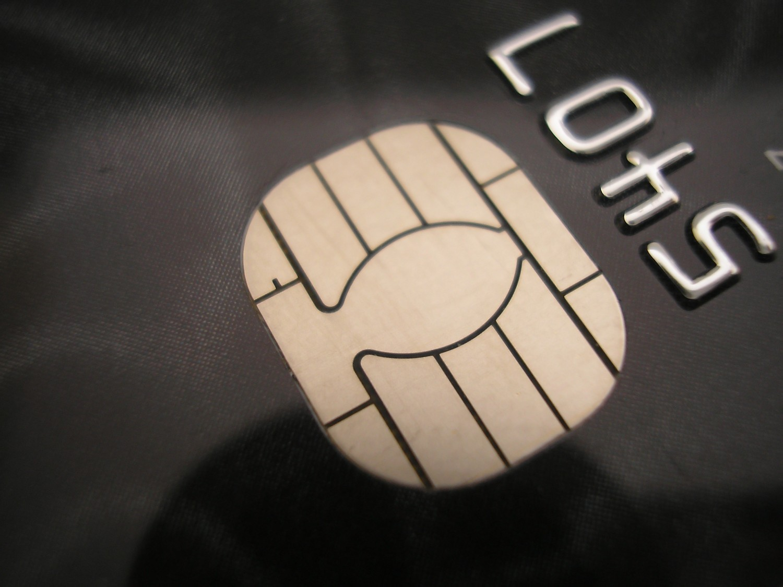 Moldovenii nu au încredere în plățile cu cardul. Majoritatea retrage banii de pe card înainte de a-i folosi