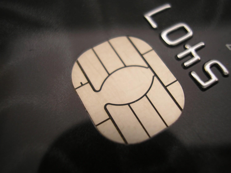 Moldovenii au început să achite de mai multe ori cu cardul bancar