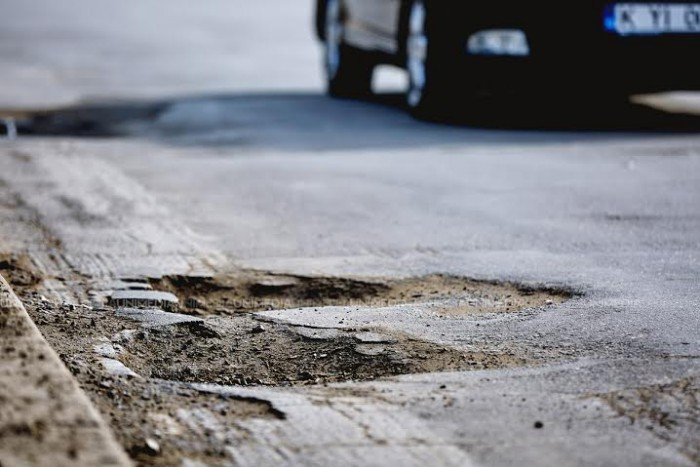 """O șoferiță, care a dat într-o groapă, a primit despăgubiri de la primărie: """"Conducătorii auto nu au obligația de ocolire a gropilor din carosabil"""""""