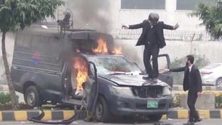 Imagini incredibile în Pakistan: Peste 200 de avocați înarmați au atacat un spital. Trei pacienți au murit în timpul atacului