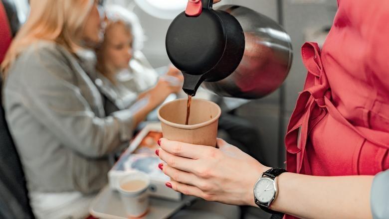 Pasagerii pot cere daune de la compania aerienă dacă li s-a oferit cafeaua fiebinte