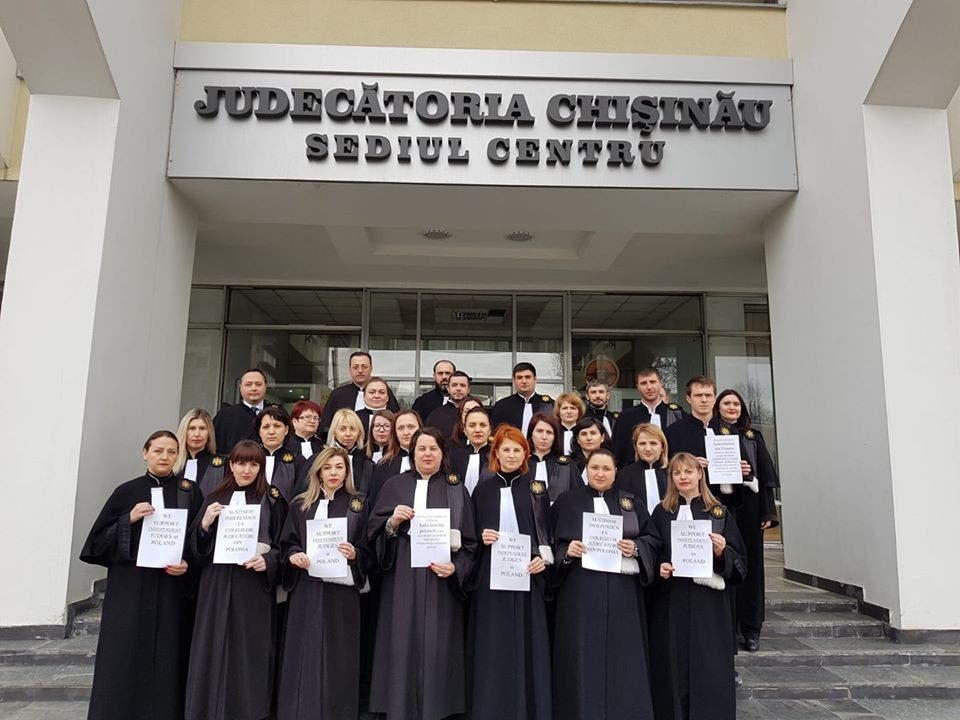 Judecătorii din Moldova, solidari cu colegii din Polonia. Au ieșit în fața instanței în semn de susținere