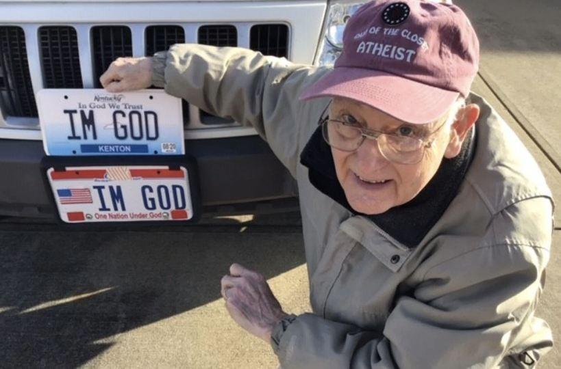 """Un american a obținut în instanță 150 de mii de dolari și dreptul de a instala pe plăcuța de înmatriculare inscripția """"IM GOD"""""""
