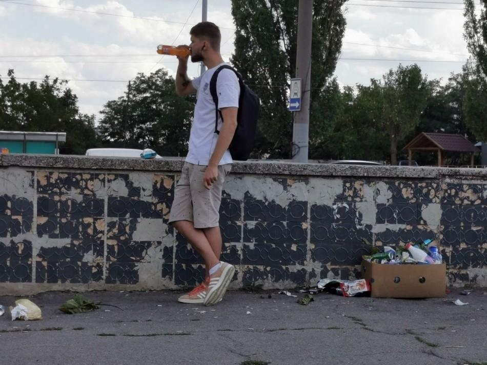 Persoanele care aruncă gunoi în spațiile publice din capitală riscă amenzi de până la 1.800 de lei