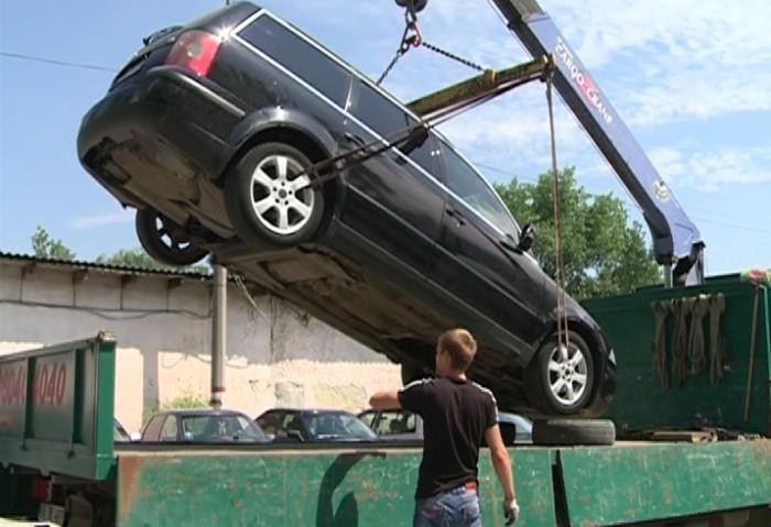 Ce trebuie să facă șoferii care s-au pomenit cu mașinile ridicate și transportate la parcarea specială