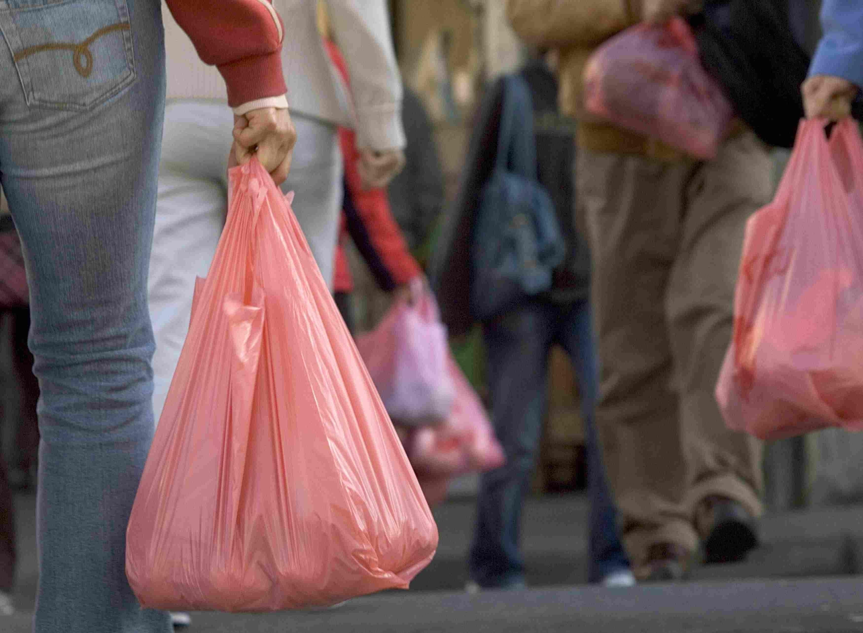 Interdicțiile utilizării unor produse din plastic. Ce probleme invocă antreprenorii
