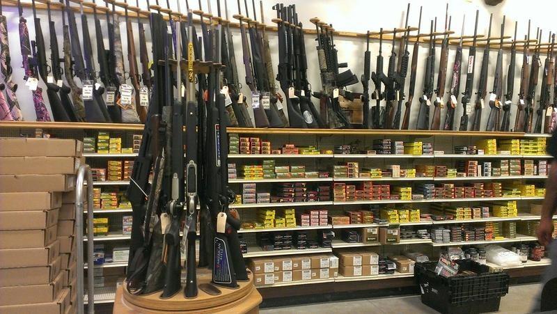 SUA: Un judecător a anulat interdicţia privind armele de asalt în California, în vigoare de trei decenii
