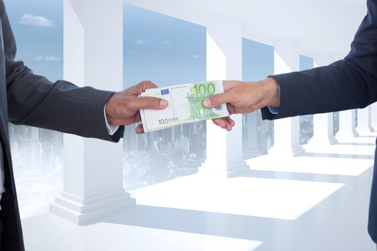 CJUE: Un consumator care nu are cunoștință de caracterul abuziv al unei clauze incluse în contractul de împrumut nu poate fi expus niciunui termen de prescripție pentru restituirea sumei