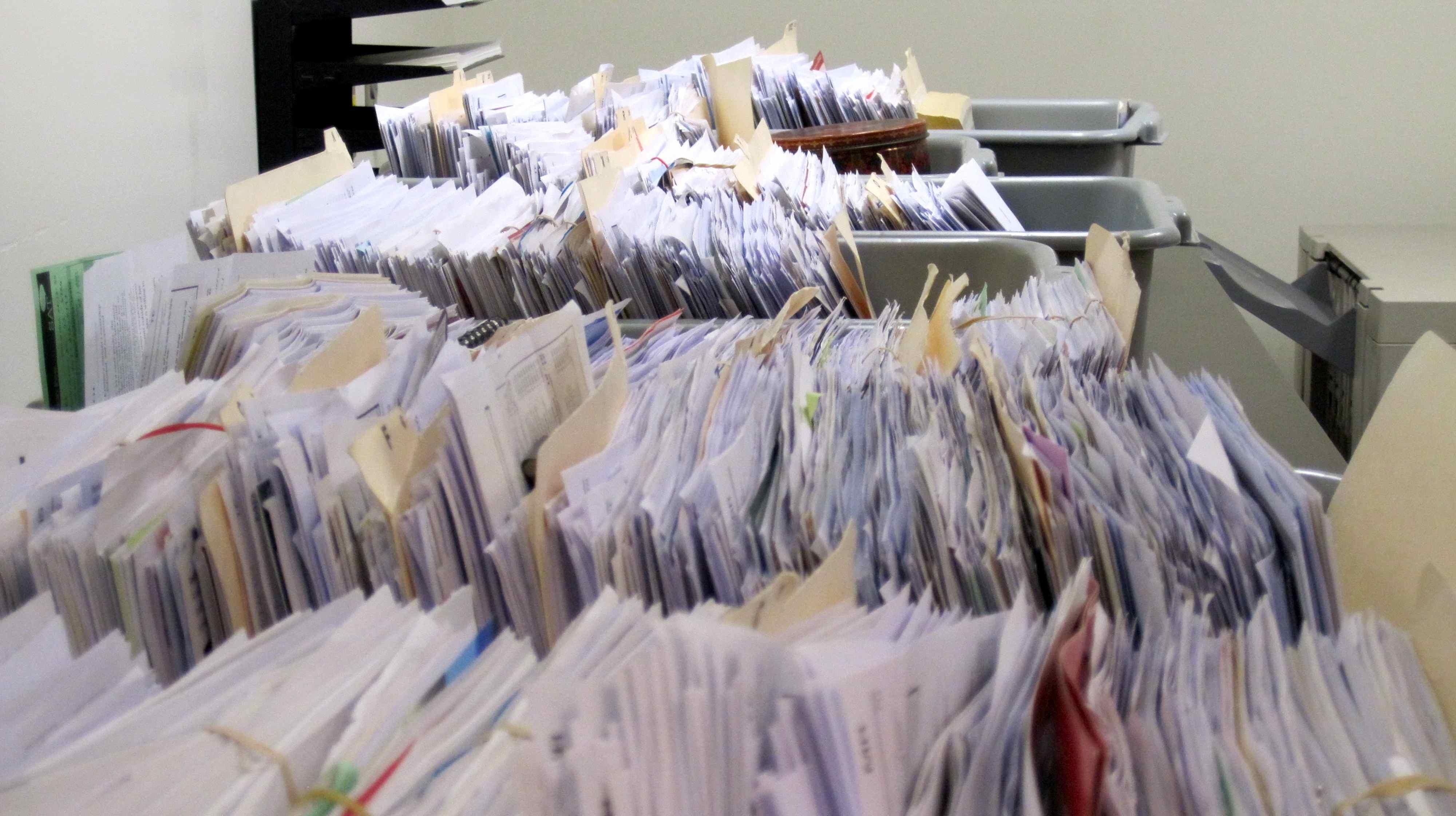 Notarii ar putea scăpa de obligația de a păstra actele pe suport de hârtie? Ce alternativă se propune