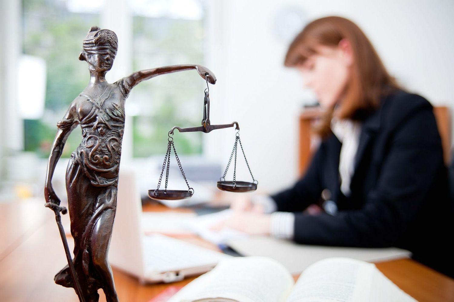 femeie cu avocat